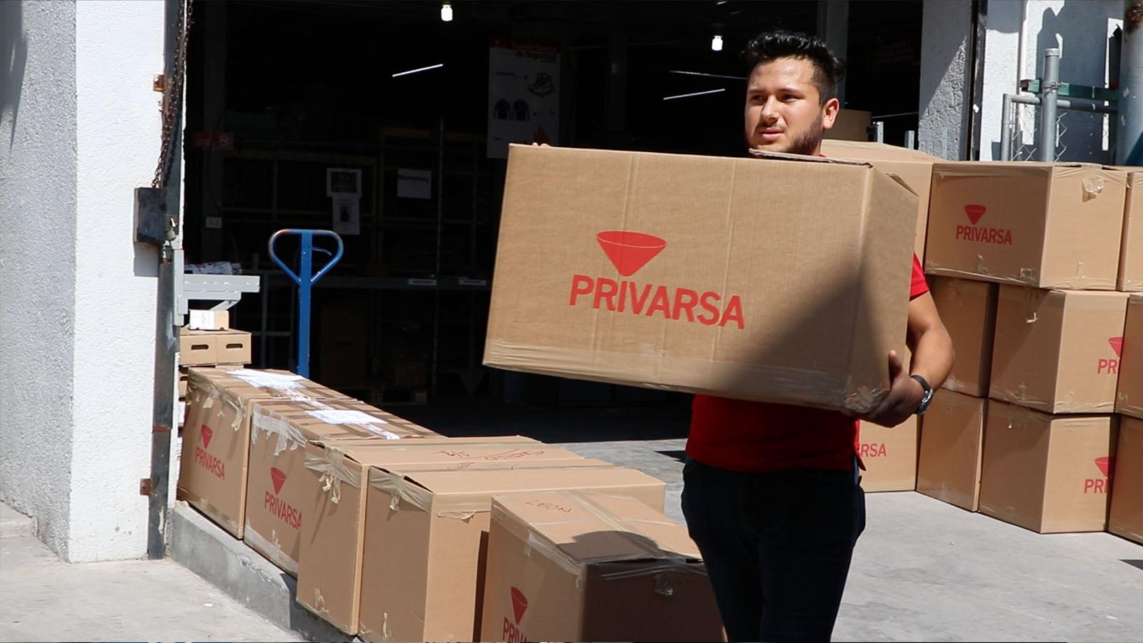 hombre cargando caja de PRIVARSA